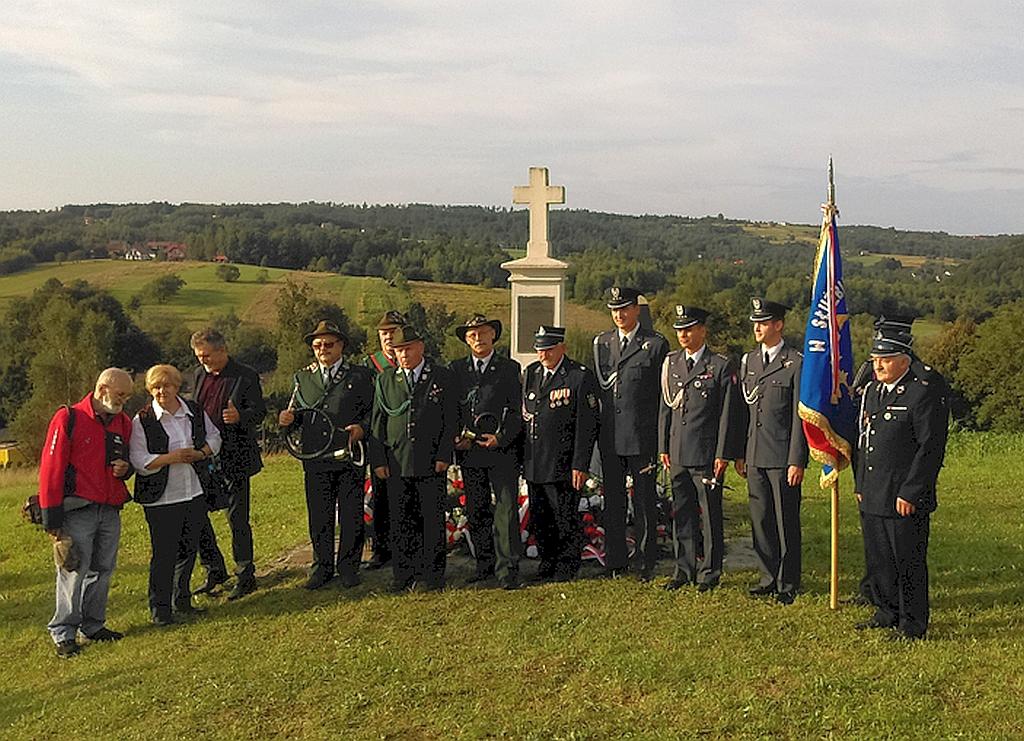 Delegacje uczestniczące wuroczystości podpomnikiem wNieszkowicach Wielkich. fot.M. Irzykowski