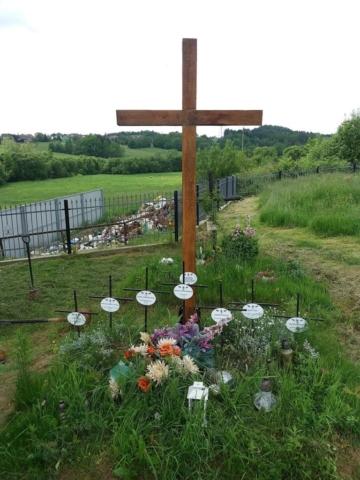 Dębowy krzyż nasymbolicznej mogile lotników wPogwizdowie ufundowany przezKrzysztofa Wątrobę na75. rocznicę katastrofy. Fot K. Wątroba