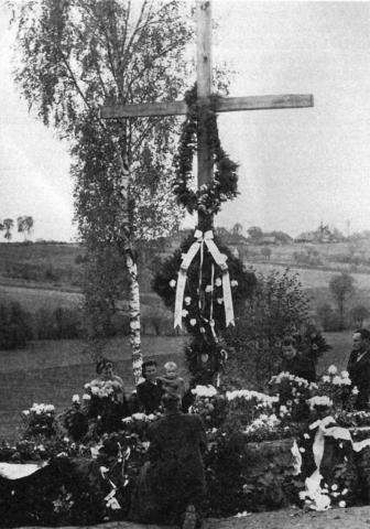 Krzyż dębowy, którymzastąpiono krzyż pierwotny, brzozowy wnocy 31 sierpnia/1 września 1944 r w5. rocznicę wybuchu wojny. Zmiany dokonali żołnierze AK.Zdj. S. Sasak, zb. Z. Wysocki